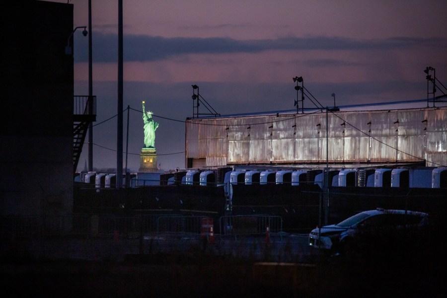Havarijní márnice COVID-19 složená z chladírenských přívěsů stojí na jižním Brooklynském námořním terminálu během pandemie COVID-19 v brooklynské čtvrti New Yorku, USA, 14. prosince 2020