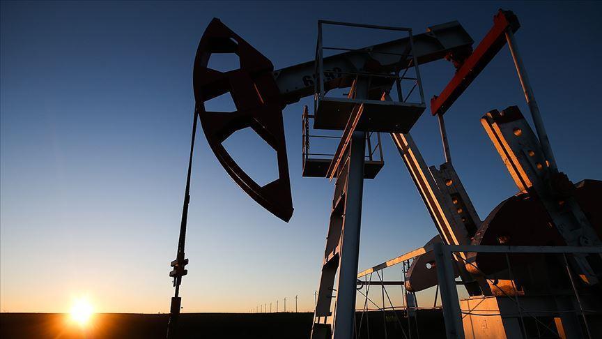 Ceny ropy jsou stabilní při snižování dodávek, čerpání zásob v USA